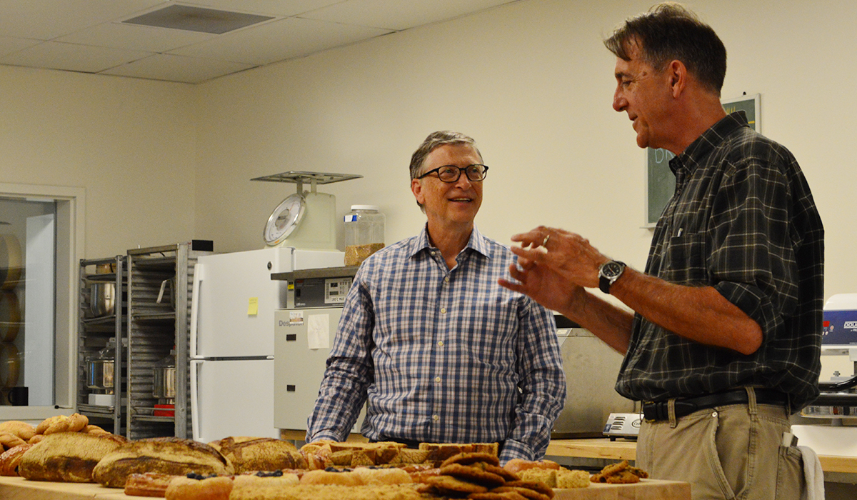 Bill Gates visits with Dr. Stephen Jones, Director of The Bread Lab